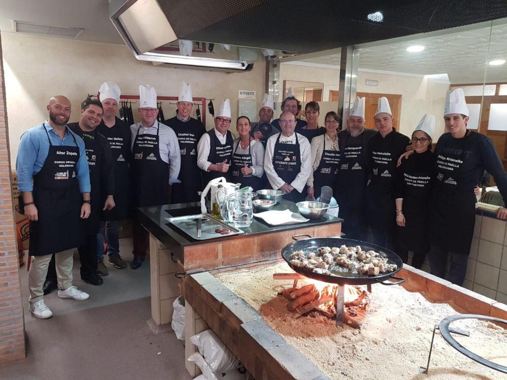 El grupo de estanqueros alemanes aprendieron a cocinar una auténtica paella valenciana.