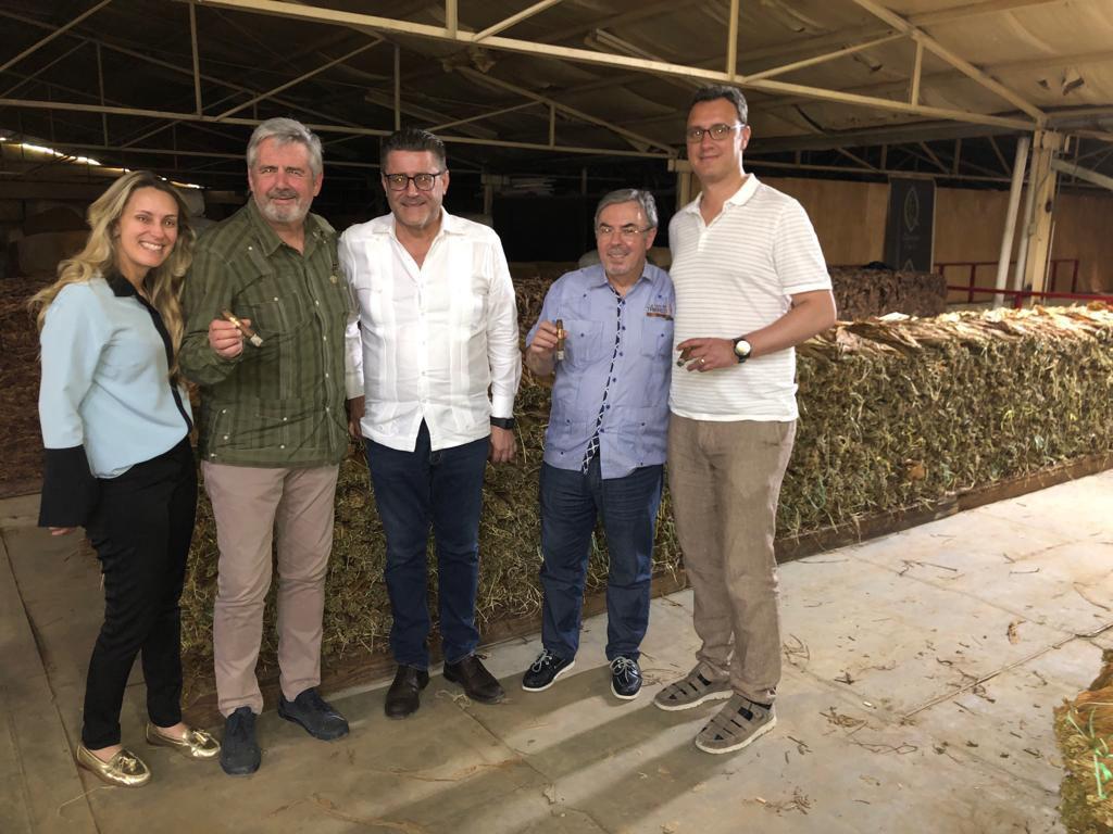 raquel Quesada, Pepe Palacios, Fruela Roces, Ramón Zapata y Pablo Montorio en la fábrica de Quesada Cigars en República Dominicana.