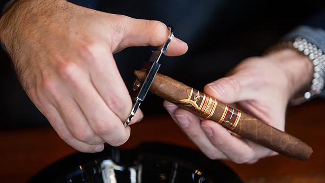 Aprende a cortar y encender un cigarro premium como un profesional